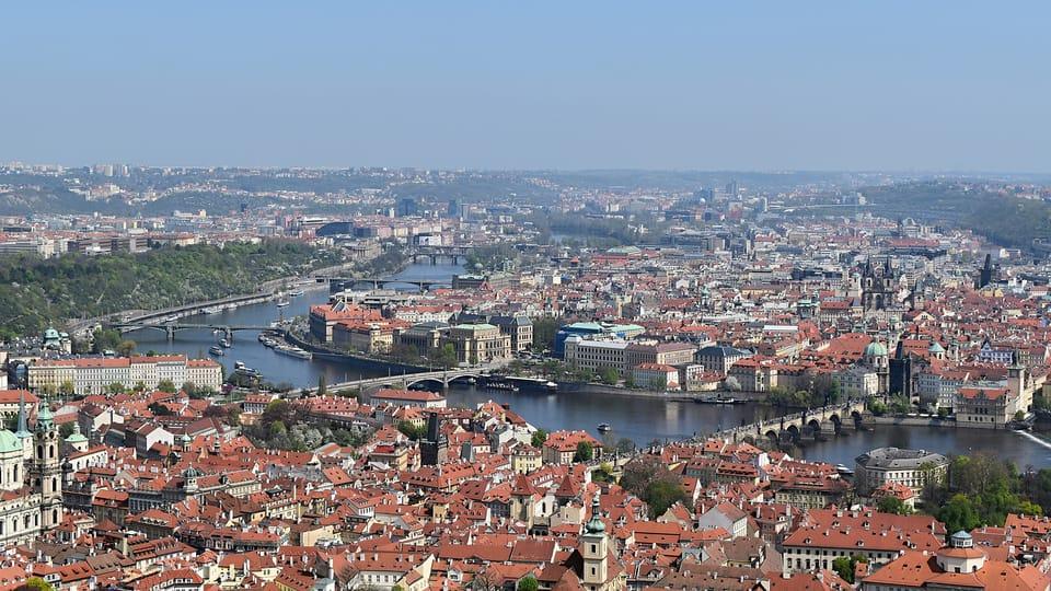 Výhled z Petřínské rozhledny na Prahu a řeku Vltavu