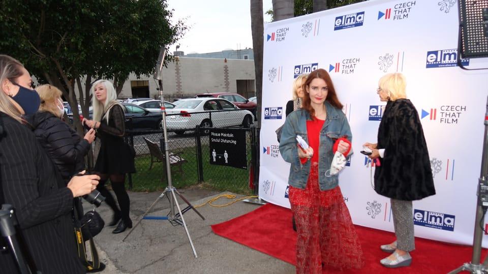 Aneta Cambell odchází z červeného koberce   Foto: Ája Bufka