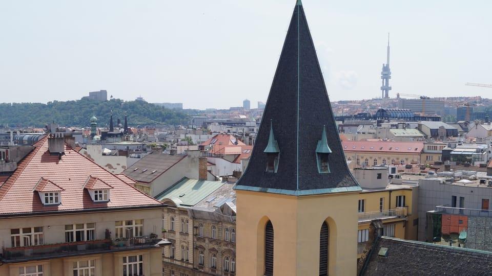 Pohled z Novomlýnské vodárenské věže na kostel sv. Klimenta,  vrch Vítkov a Žižkov | Foto: Miloš Turek,  Radio Prague International