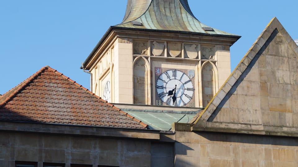Špička Staroměstské vodárenské věže se severním hodinovým ciferníkem | Foto:  Miloš Turek,  Radio Prague International