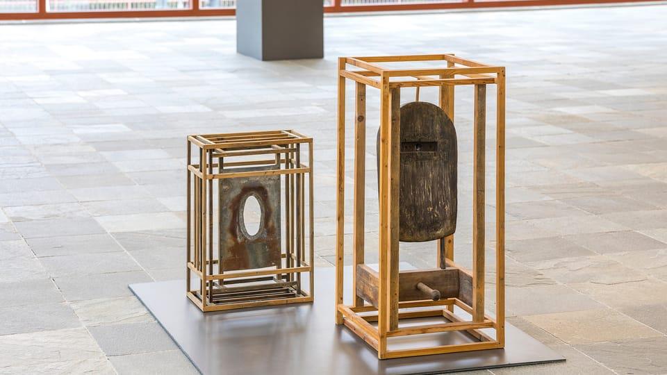 Zbyněk Sekal,  Schránka s živlem,  1987,  Schránka s dírou,  nedatováno,  soukromá sbírka,  foto: Johannes Stoll / Belvedere,  Wien © Bildrecht Wien,  2020
