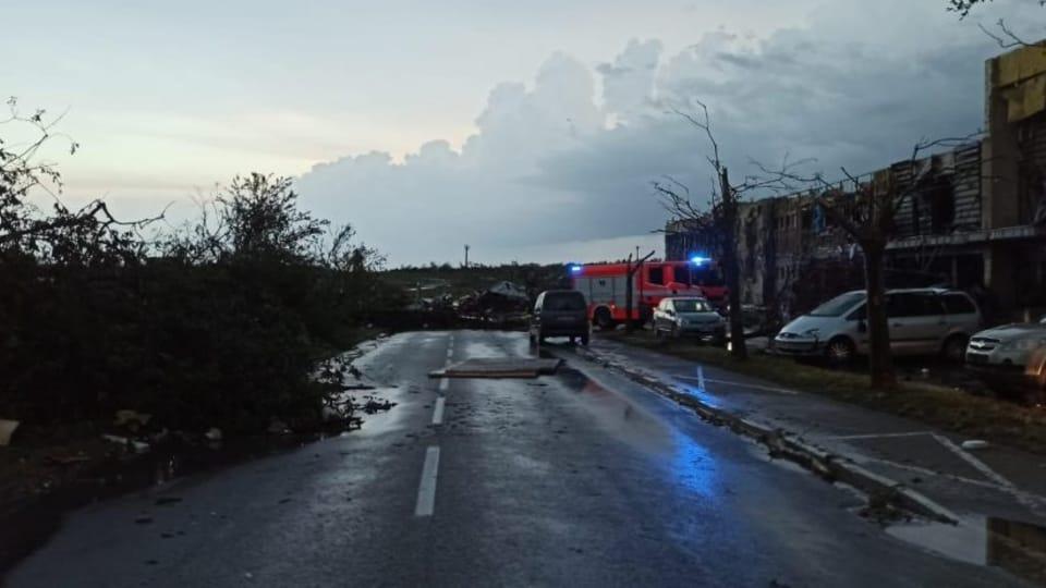 Tornádo vyvrátilo stromy,  které zatarasily silnice   Foto: Hasičský záchranný sbor Jihomoravského kraje
