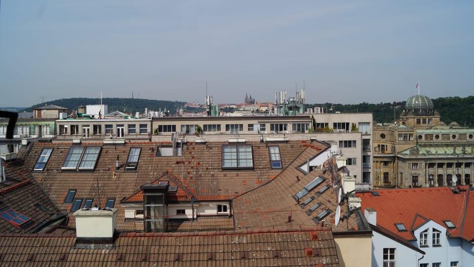 Střechy pražských domů a budova ministerstva průmyslu  (vpravo) z Novomlýnské vodárenské věže | Foto: Miloš Turek,  Radio Prague International