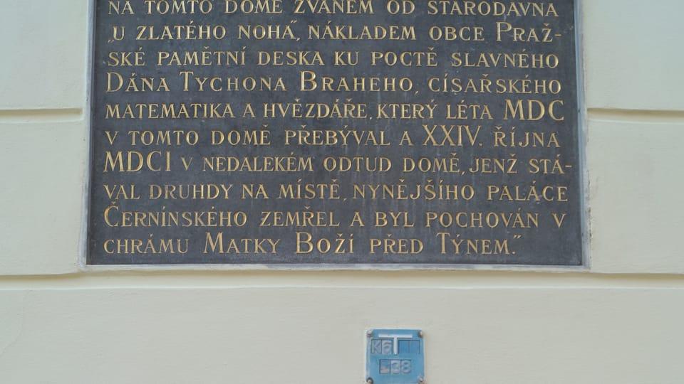 Pamětní tabule na domě U Zlatého noha,  foto: archiv ČRo - Radio Prague International