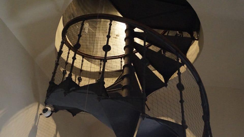 Kovové točité schodiště spojuje patro s knihovnou s místem,  kde se odehrávají kulturní představení a výstavy   Foto: Miloš Turek,  Radio Prague International