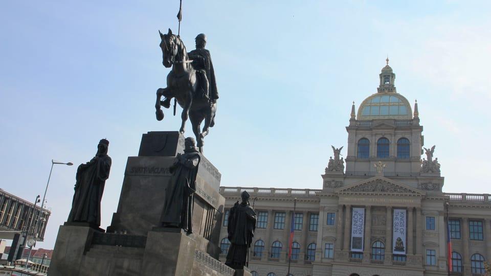 Slavná jezdecká socha byla doplněna čtyřmi sochami stojících světců. Jde o sv. Ludmilu,  sv. Prokopa,  sv. Vojtěcha a sv. Anežku,  foto: Barbora Němcová