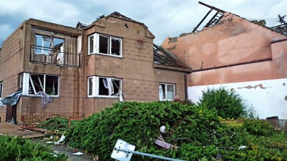 Většinu domů připravilo tornádo o střechu   Foto:  Hasičský záchranný sbor Jihomoravského kraje