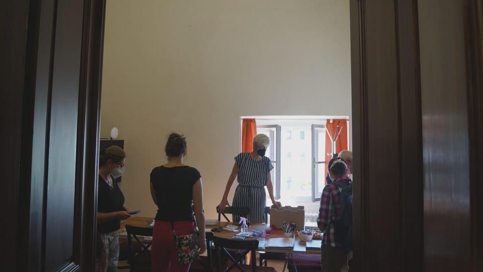 Součástí knihovny je místnost,  kde lze posedět například u šálku kávy. Nápadným prvkem tohoto prostoru je industriální osvětlení,  které použil architekt Hájek při rekonstrukci i v klubovnách v nižších patrech vodárenské věže   Foto: Miloš Turek,  Radio Prague International