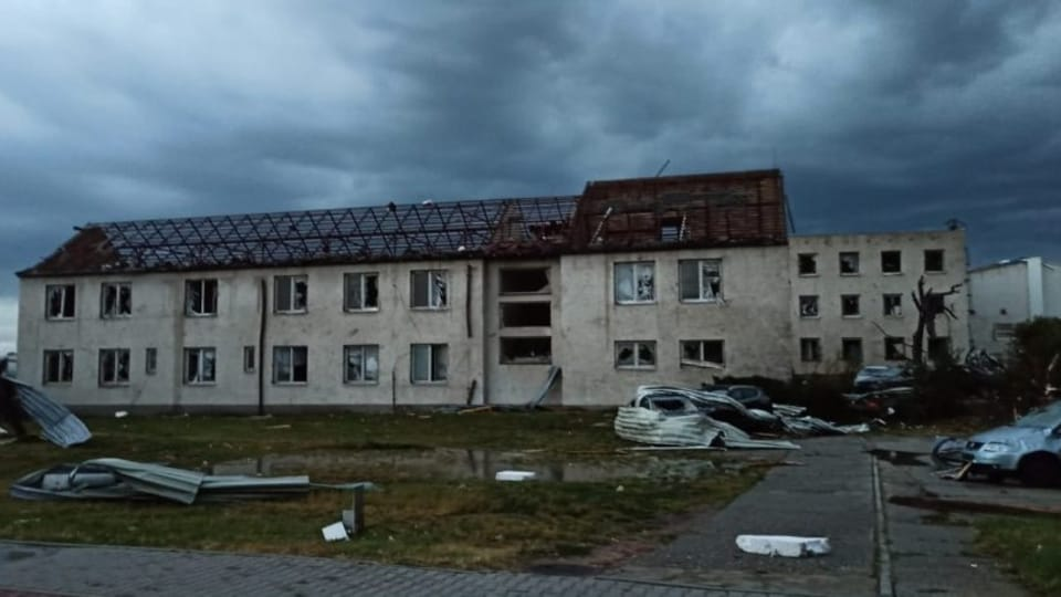 Tornádo vysklilo okna řady budov   Foto: Hasičský záchranný sbor Jihomoravského kraje