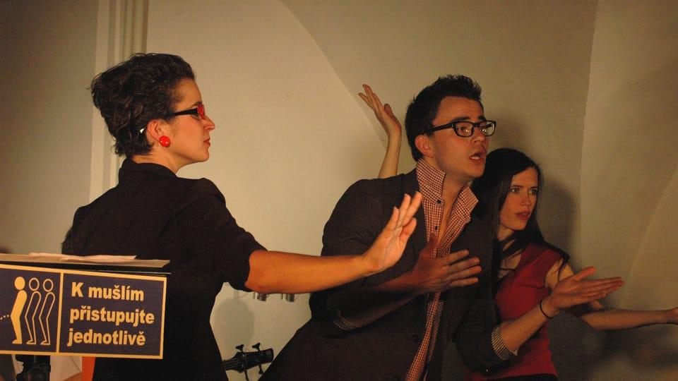 Politický kabaret S úsměvem nepilota v nastudování Kočovného divadla Ad Hoc,  foto: Milan Strotzer,  archiv Divadelního pikniku Volyně