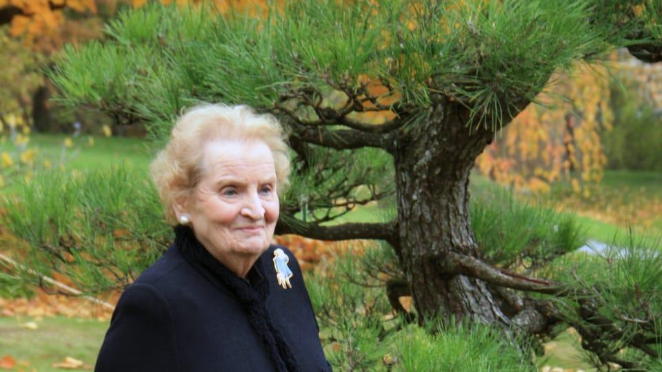 Madeleine Albrightová vysadila v Botanické zahradě v Troji vzácnou borovici,  foto: Barbora Kmentová / Archiv ČRo7