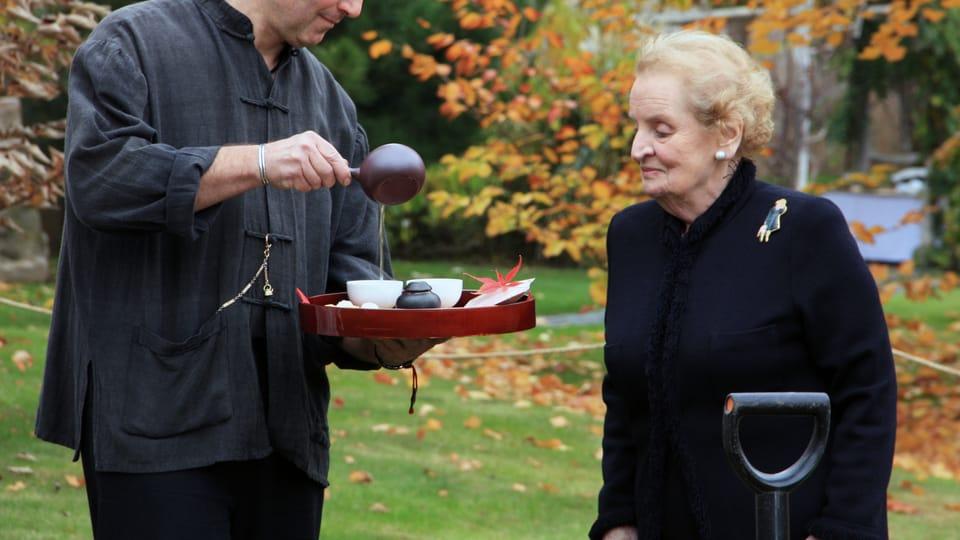 Madeleine Albrightová v Botanické zahradě v Troji,  foto: Barbora Kmentová / Archiv ČRo7