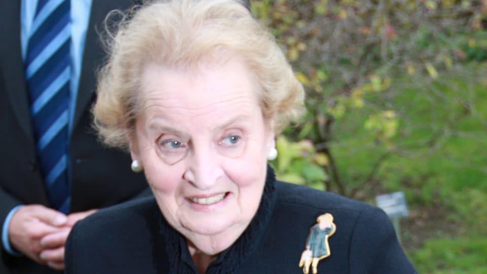 Madeleine Albrightová s cenou Zahraniční Čech roku 2012,  foto: Barbora Kmentová / Archiv ČRo7