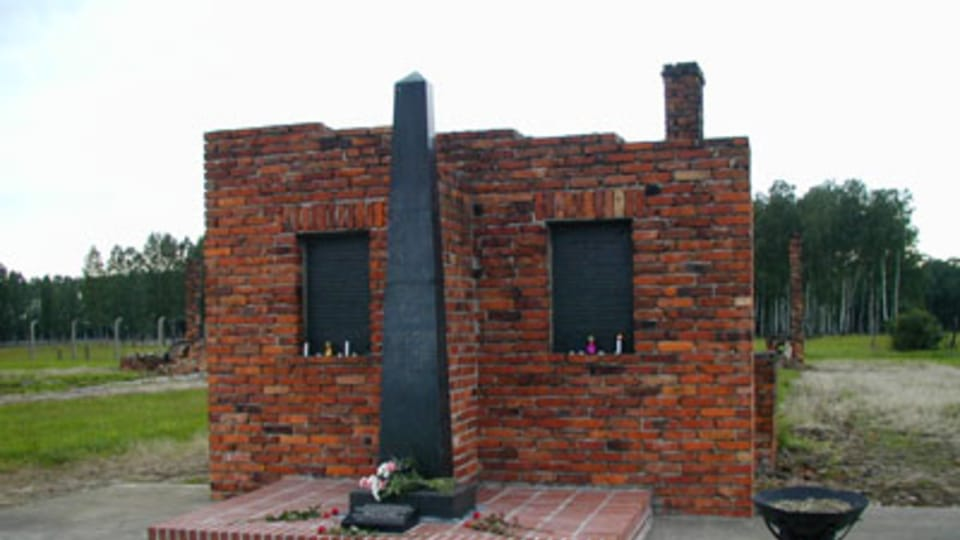 Pomník vězňů umučených v cikánském táboře Osvětim - Březinka,  který dali postavit V. Rose a O. Bamberger jménem Svazu Cikánů SRN,  foto: Jana Šustová