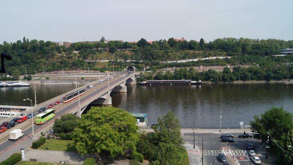 Nejhezčí výhled z Novomlýnské vodárenské věže se otevírá směrem na řeku Vltavu se Štefánikovým mostem a na Letnou | Foto: Miloš Turek,  Radio Prague International