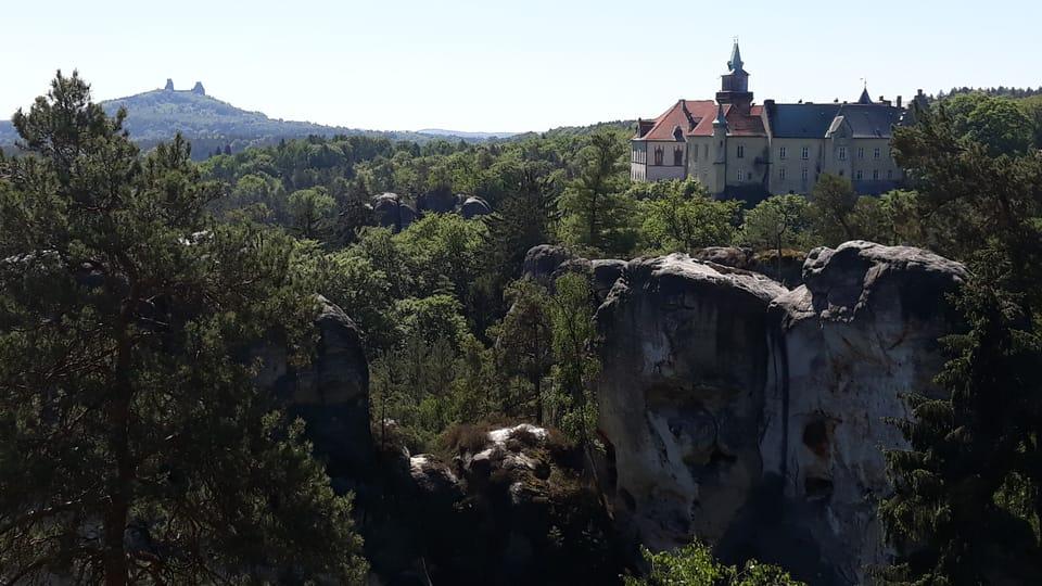 Zřícenina hradu Trosky a zámek Hrubá Skála z Mariánské vyhlídky,  foto: Magdalena Kašubová
