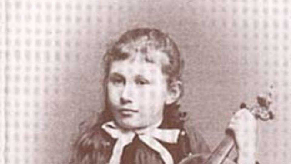 Ema Destinnová s houslemi,  kolem roku 1890