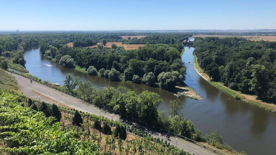 Pohled na Vraňansko-hořínský plavební kanál  (vpravo) u soutoku Labe s Vltavou v Mělníku,  foto: Ivana Vonderková