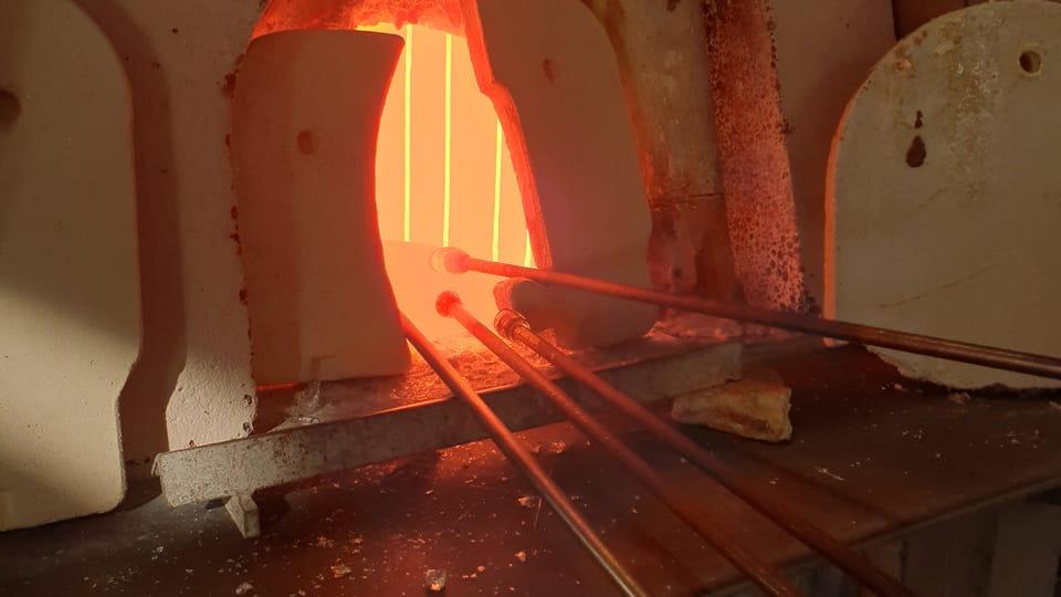 Sklář nabere na sklářskou píšťalu roztavenou sklovinu ze sklářské tavící pece,  foto: archiv Českého centra New York