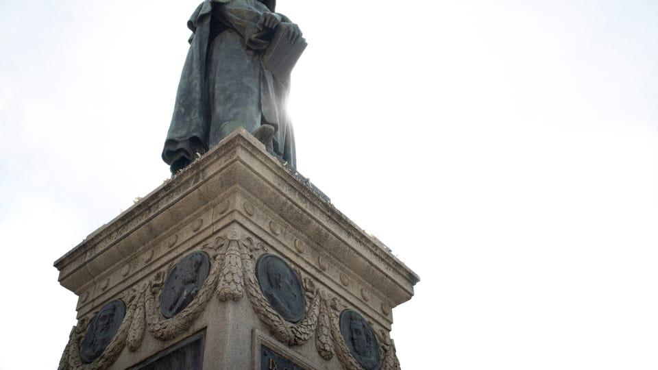Socha Giordana Bruna na Campo dei Fiori v Římě,  Husova podobizna je druhá zleva,  foto: EgrettaGarzetta,  Wikimedia Commons,  CC BY-SA 4.0