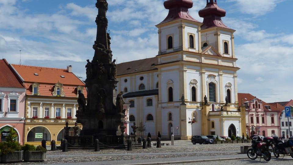 Morový sloup a kostel Povýšení sv. Kříže,  foto: Klára Stejskalová