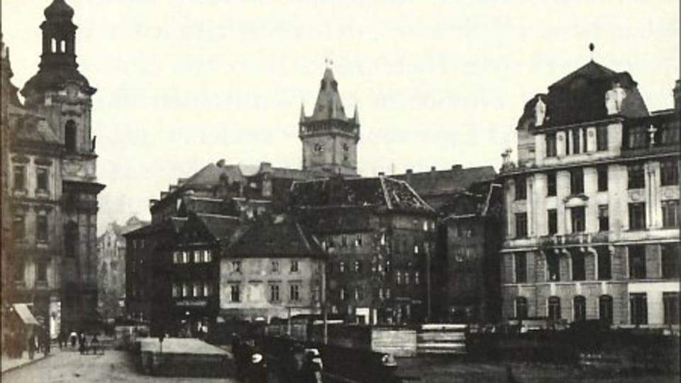 Pohled na Kaprovu ulici směrem ke Staroměstskému náměstí  (kolem 1914). Nalevo je nová budova,  která byla postavena na místě Kafkova rodného domu,  foto: Public Domain