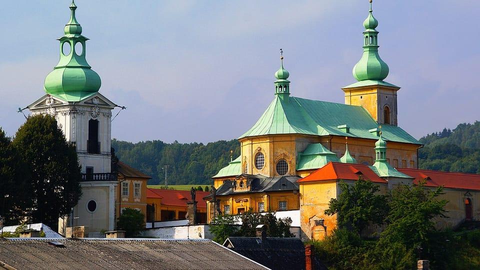 Poutní areál skostelem Navštívení Panny Marie sfarou a zvonicí vHorní Polici,  foto: Stanislav Dusík,  CC BY-SA 4.0