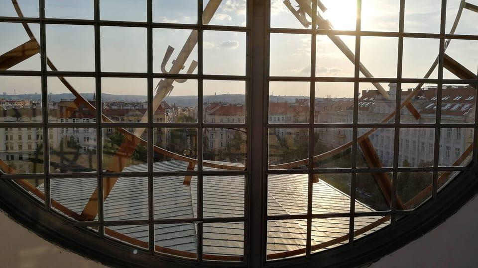 Hodiny na věži kostela Nejsvětějšího srdce Páně na náměstí Jiřího z Poděbrad,  foto: Štěpánka Budková