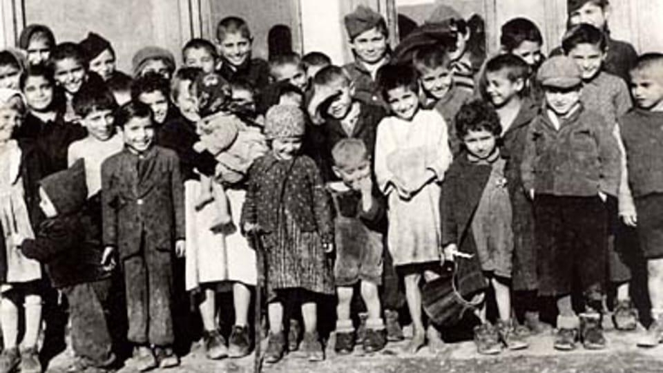 Romské děti v Letech u Písku; zdroj: fotografie z MRK  (originál uložen v NAP)