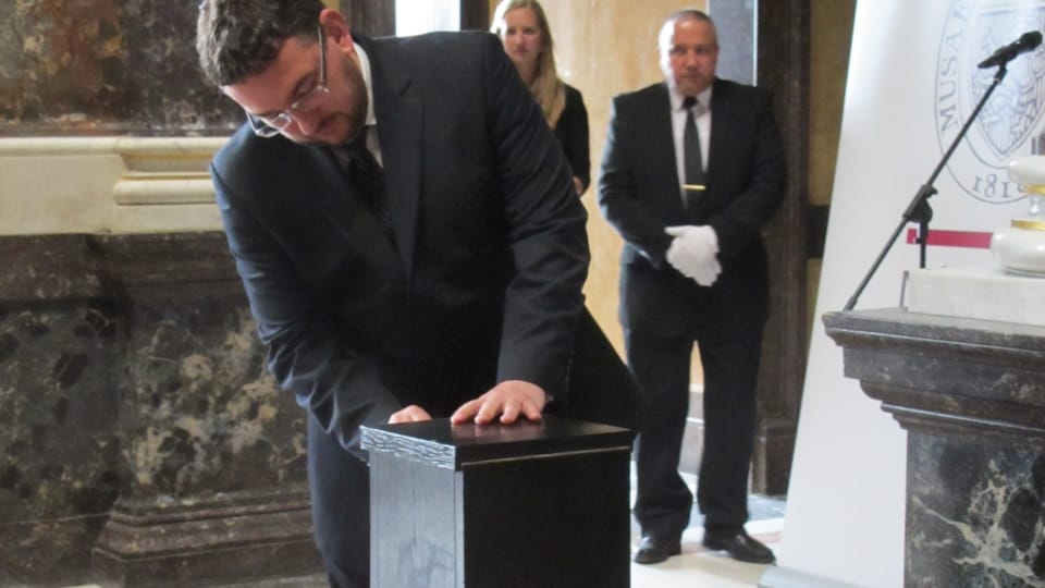 Michal Lukeš se schránkou,  která uchovává Palackého mozek,  foto: Martina Schneibergová