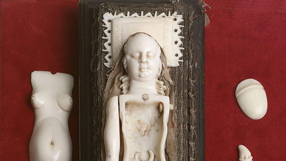 Slonovinový model rodičky k výuce mediků,  konec 17. století  (ze sbírek Zdravotnického muzea)