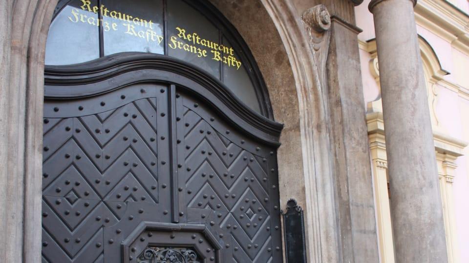 Z původního Kafkova rodného domu zůstal pouze portál,  který byl začleněn do nové stavby,  фото: Štěpánka Budková