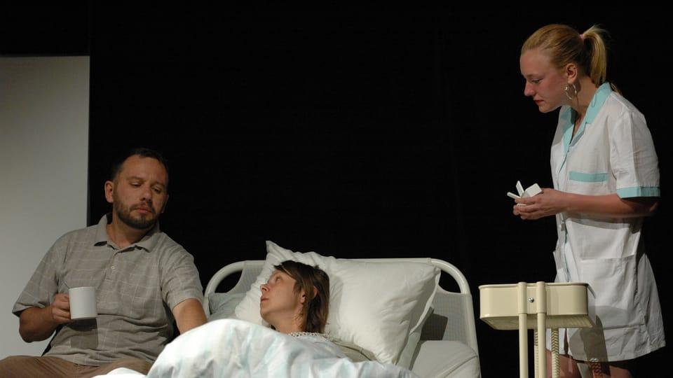 Inscenace Upokojenkyně z repertoáru V. A. D. Kladno,  foto: Milan Strotzer,  archiv Divadelního pikniku Volyně