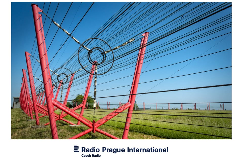 Stožár vysílače Liblice je uzavřen v kleci z drátěných vodičů,  foto: Andrea Filičková